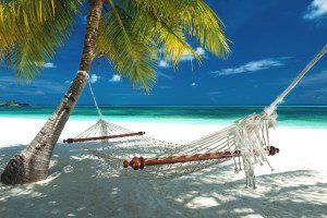 Malediven Badeferien Hängematte unter Palmen am Strand