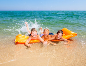 Familienferien_Badeferien_Kinder auf Luftmatratze im Meer
