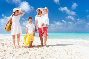 Familienferien_Badeferien_Familie am tropischen Sandstrand