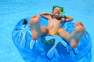 Junge auf Wasserrutsche, Aquapark, Badeferien