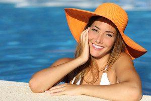 Badeferien Last Minute Frau im Pool
